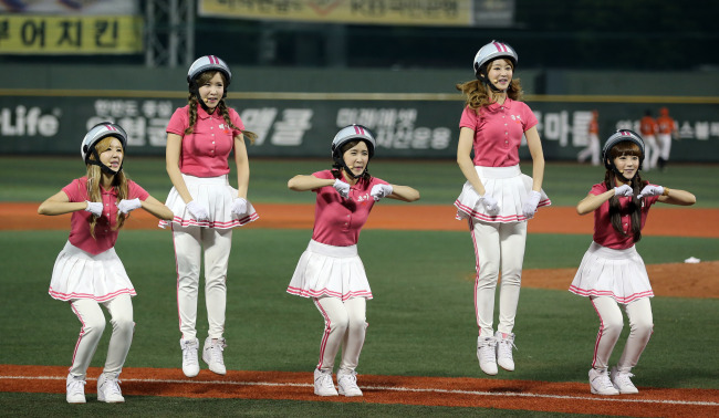 "Crayon Pop performs ""Bar Bar Bar"" at Mokdong baseball stadium on Aug. 1. (Yonhap News)"