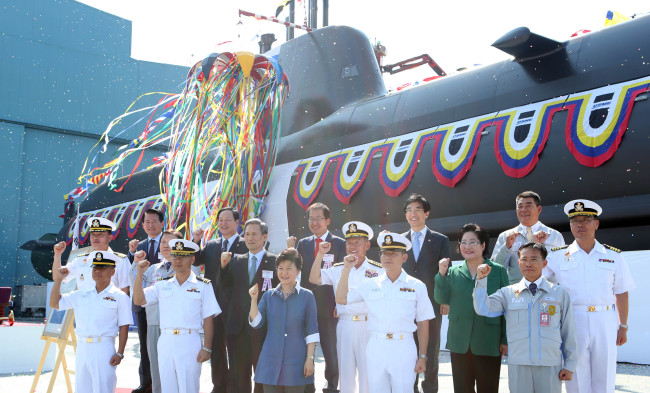 President Park Geun-hye, Defense Minister Kim Kwan-jin (third from left in second row), Chief of Naval Operations Choi Yoon-hee (fourth from left in second row) and other participants pose at a ceremony launching the 1,800-ton Kim Jwa-jin submarine at a shipyard of Daewoo Shipbuilding & Marine Engineering Co. on Geojedo Island, South Gyeongsang Province, Tuesday. (Yonhap News)