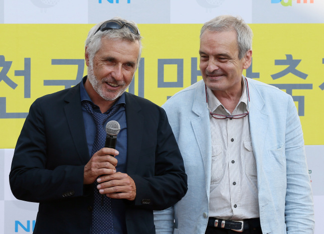 "Jean-Marc Rochette (left) and Benjamin Legrand, authors of French graphic novel ""Le Transperceneige,"" on which director Bong Joon-ho's sci-fi film ""Snowpiercer"" is based, pose for a photo during the Bucheon International Comics Festival in Bucheon, Gyeonggi Province, Wednesday. (Yonhap News)"
