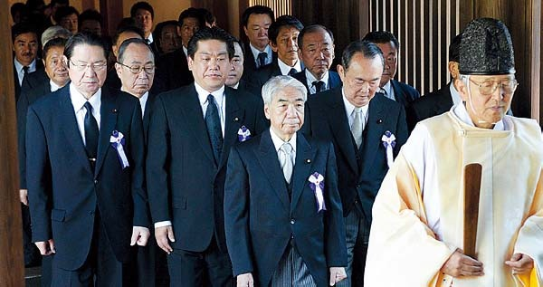 A group of lawmakers are led by a Shinto priest as they visit the Yasukuni Shrine in Tokyo Thursday, on the anniversary of Japan's surrender in World War II. (Yonhap News)