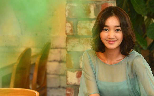Actress Soo Ae poses for a photo prior to an interview with The Korea Herald in Seoul. (Lee Sang-sub/The Korea Herald)