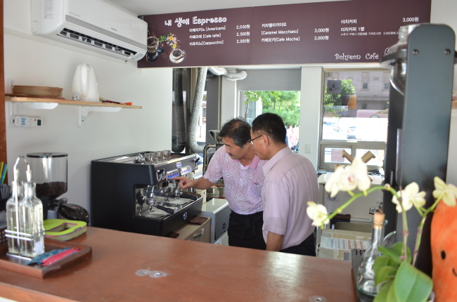 Won (left) and his coworker brew coffee at Cafe Espresso of My Life in Yeongdeungpo, southwestern Seoul.(Seoul Metropolitan Government)