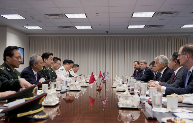 Chinese State Councilor and Defense Minister Chang Wanquan (third from left) meets with U.S. Secretary of Defense Chuck Hagel (third from right) in the Pentagon in Washington, D.C., Monday. (Xinhua-Yonhap News)