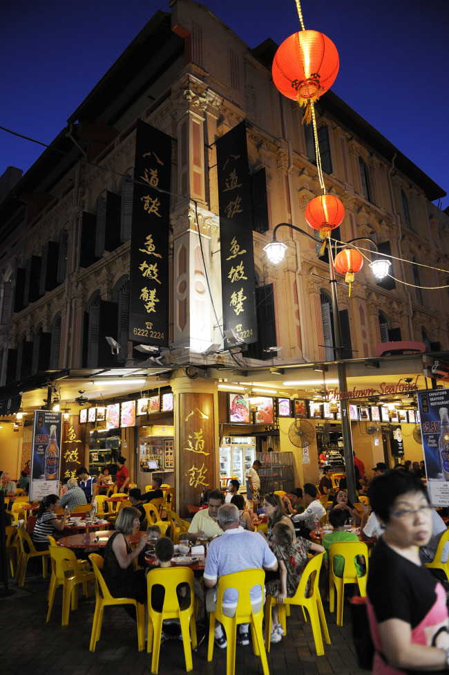 People dine at a restaurant in Chinatown in Singapore. (Bloomberg)
