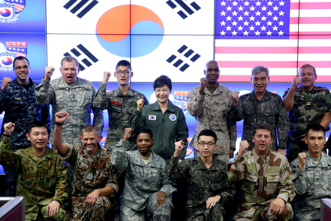 President Park Geun-hye (center), Combined Forces Command commander Gen. James D. Thurman (second from left, back row), deputy CFC commander Gen. Kwon Oh-sung (second from right, back row) and allied troops pose during Park's visit to the scene of the allied Ulchi Freedom Guardian exercise at the CFC in Seoul last Thursday. (Cheong Wa Dae)