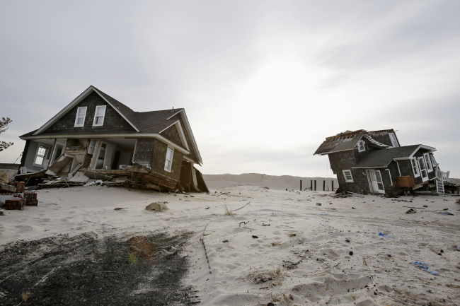 This Feb. 22 file photo shows two heavily damaged homes in New Jersey following Superstorm Sandy. (AP-Yonhap News)