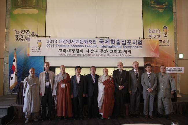 Ven. Seonhae (fifth from right), chief of Haeinsa Temple, and other high-ranking officials in Korean Buddhism pose with speakers at the 2013 Tripitaka Koreana Festival, International Symposium in Seoul on Tuesday. Speakers included, from fourth from right, Lewis Lancaster, Robert Buswell and Baba Hisayuki, as well as Choy Young-ho (second from left). (Tripitaka Koreana Festival organizing committee)