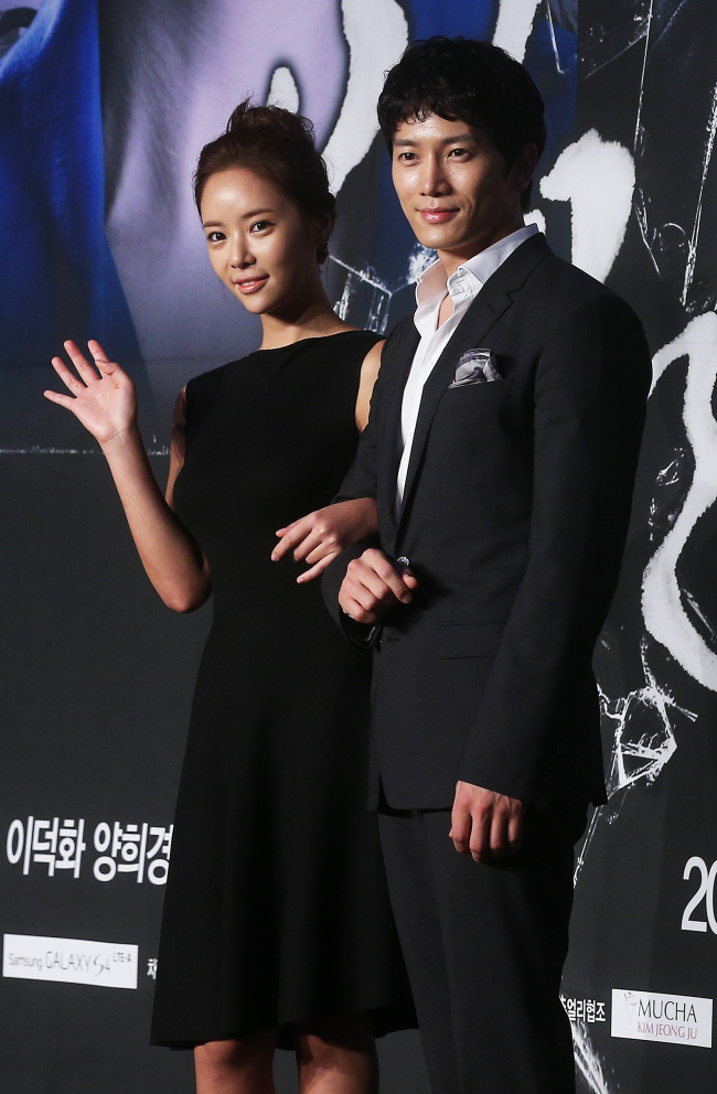 """KBS' """"Secret Love"""" stars Hwang Jung-eum (left) and Ji Sung attend the drama's press conference in Seoul on Wednesday. (Yonhap News)"""