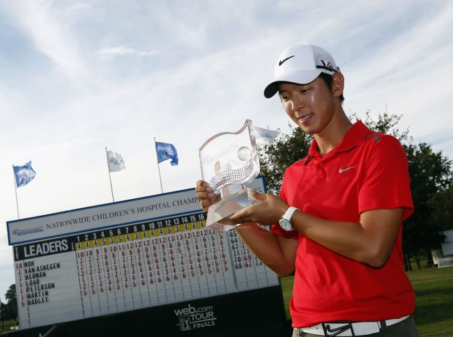 Korea's Noh Seung-yul poses with the winner's trophy in Columbus, Ohio, Sunday. (AFP-Yonhap News)