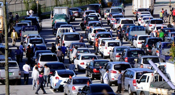 South Korean vehicles line up to cross the inter-Korean border Monday as the Gaeseong industrial zone reopens after five months of suspension. (Park Hae-mook/The Korea Herald)