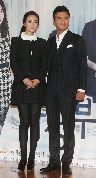 """SBS' """"Suspicious Housekeeper"""" (working title) stars Choi Ji-woo (left) and Lee Sung-jae attend the drama's press conference in Seoul on Monday. (Yonhap News)"""