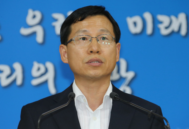 Unification Ministry spokesman Kim Eyi-do announces Seoul`s official response to North Korea`s postponement of family reunions on Saturday. Yonhap News