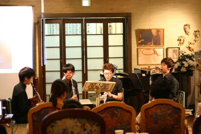 Joseph Kim (right) and his ensemble perform in a Seoul hospital in late July. (Joseph Kim)