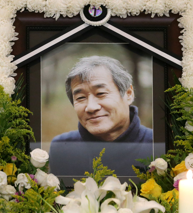 Late author Choe In-ho's photograph is displayed in his wake being held at the Catholic University of Korea Seoul St. Mary's Hospital in Seoul. (Yonhap News)