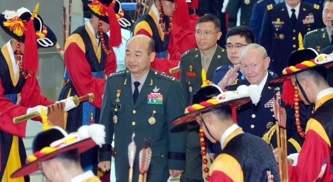 Joint Chiefs of Staff Chairman Gen. Jung Seung-jo and his U.S. counterpart Martin Dempsey inspect an honor guard at the JCS headquarters in Seoul on Monday before opening the annual Military Committee Meeting.(Kim Myung-sub/The Korea Herald)