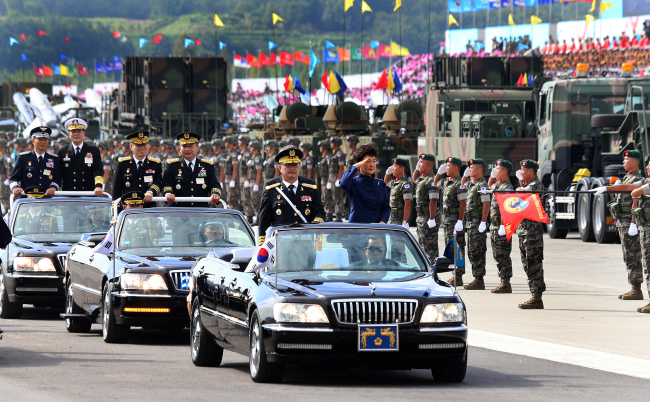 President Park Geun-hye and military leaders inspect the military during Tuesday's Armed Forces Day parade at Seoul Air Base in Seongnam, Gyeonggi Province. (Chung Hee-cho/The Korea Herald)