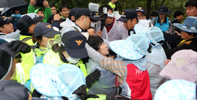 Police and local residents clash at in Miryang, South Gyeongsang Province, Wednesday, as the Korea Electronic Power Corporation resumes work to construct high-voltage electricity transmission towers. (Yonhap News)Police and local residents clash at in Miryang, South Gyeongsang Province, Wednesday, as the Korea Electronic Power Corporation resumes work to construct high-voltage electricity transmission towers. Yonhap News