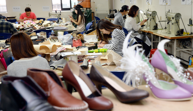 Sujehwa Town opened a shoemaking course for anyone interested in the job. Students make shoes during the class. (Ahn Hoon/The Korea Herald)
