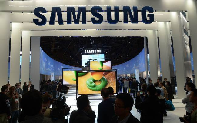 Consumers check products at Samsung booth at the 2013 International CES in this file. The Obama administration upheld a decision to ban some Samsung mobile technology products due to the company`s violation of patents owned by rival Apple. (AFP/Yonhap)