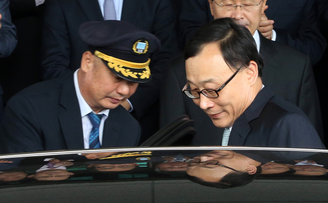 Former Prosecutor General Chae Dong-wook leaves the Supreme Public Prosecutors' Office on Sept. 30 after a ceremony marking his resignation.