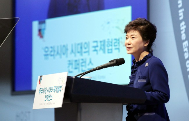 President Park Geun-hye addresses the Global Cooperation in the Era of Eurasia conference in Seoul on Friday. (Chung Hee-cho/The Korea Herald)