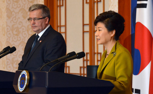 President Park Geun-hye and Poland's President Bronislaw Komorowski hold a joint press conference after their talks at Cheong Wa Dae on Tuesday. (Yonhap News)