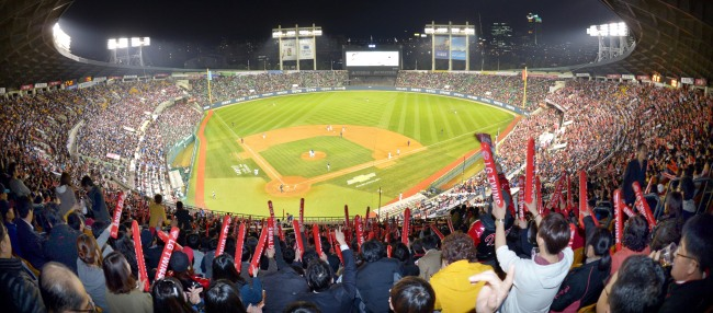 Baseball fans pack Jamsil Baseball Stadium to watch Game 2 of the playoffs between Doosan Bears and LG Twins last Thursday. (Kim Myung-sub/The Korea Herald)