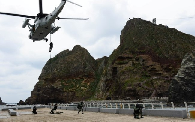 South Korean troops engage in an exercise to defend the nation's easternmost islets of Dokdo on Friday. (NAVY)