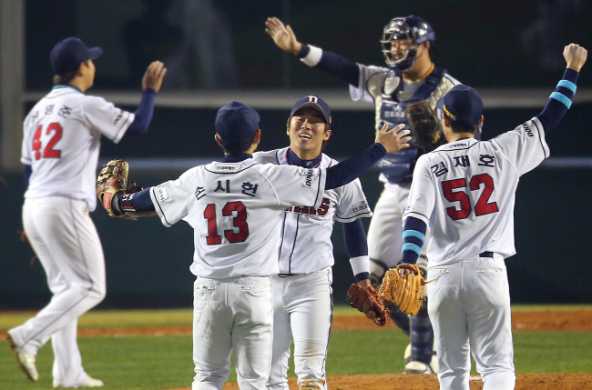 The Doosan Bears players celebrate after winning the Game 5 of the Korea Series at the Jamsil Stadium in Seoul on Monday. (Yonhap News)