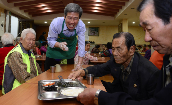 Kim Jong-eun distributes meals to the elderly on Oct. 21. (Park Hae-mook/The Korea Herald)