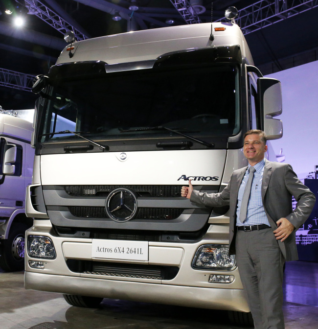 Daimler Trucks Korea sales and marketing vice president Rainer Gaertner poses next to the Actros Cargo truck during a launching event held at KINTEX in Goyang, Gyeonggi Province, Wednesday. (Daimler Trucks Korea)