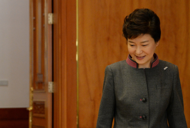 President Park Geun-hye enters a meeting with senior secretaries at Cheong Wa Dae on Thursday. (Chung Hee-cho/The Korea Herald)