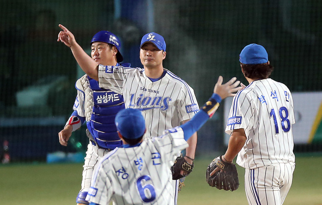 The Samsung Lions come from behind to defeat the Doosan Bears 6-2 in Game 6 of the Korean Series onThursday. (Yonhap News)