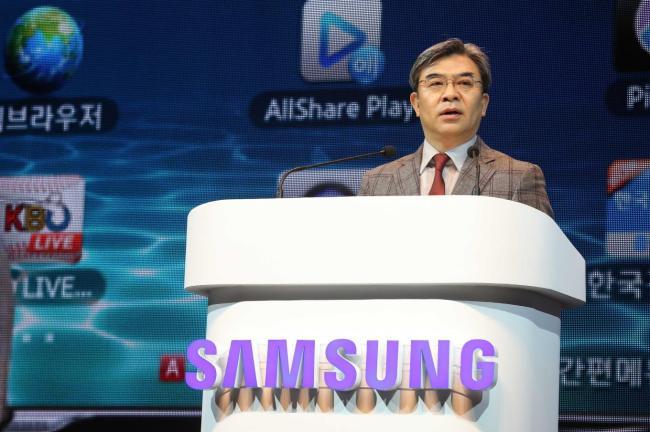 Kim Hyun-seok, head of Samsung Electronics' visual display unit, speaks at the Smart TV Global Summit 2013 in Seoul on Thursday. (Samsung Electronics)
