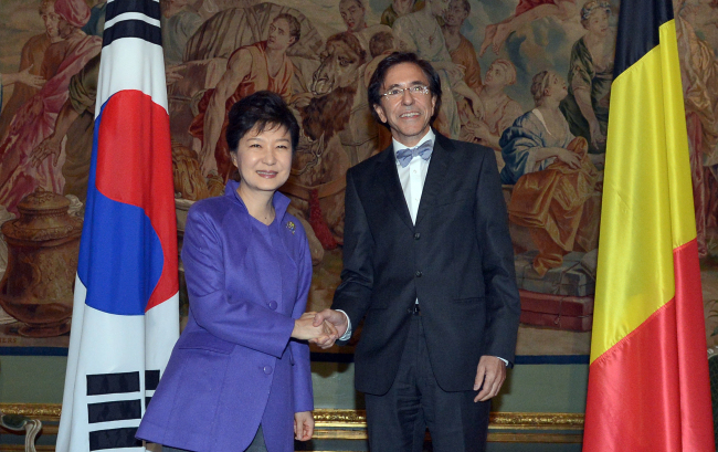 President Park Geun-hye shakes hands with Belgium Prime Minister Elio Di Rupo ahead of their summit talks at the Egmont Palace in Brussels on Thursday. (Yonhap News)