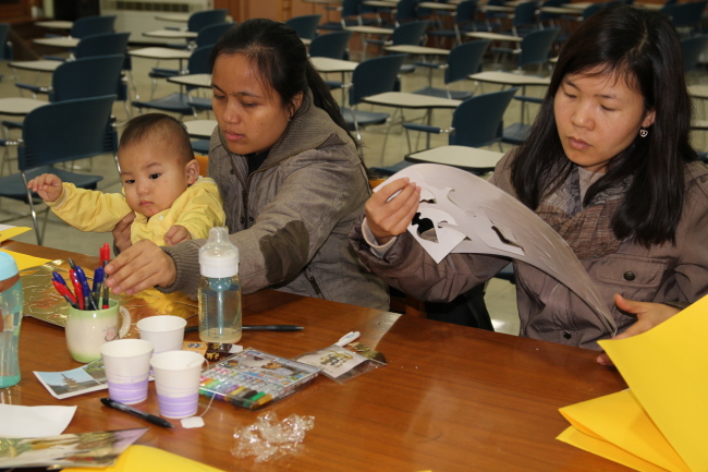 Bemilda Gines and her son participate in a workshop for multicultural families at Yongsan Public Library in Seoul.(The Korea Herald)