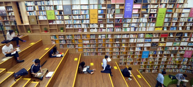 Visitors browse books at Seoul Metropolitan Library. (The Korea Herald)