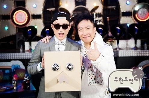 """A scene captured from MBC entertainment program """"Infinite Challenge"""" shows hip-hop artist Primary (left) and comedian Park Myung-soo. (MBC)"""