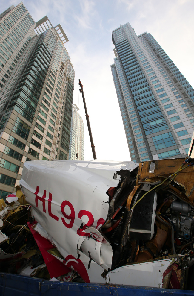 Wreckage is shown after a helicopter crashed into an apartment building in Samseong-dong, southern Seoul, Saturday. (Yonhap News)