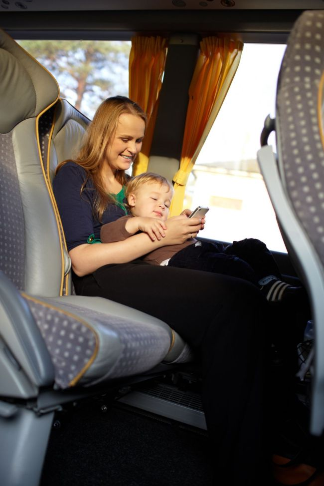 A mother plays games on a smartphone with her son. (123RF)