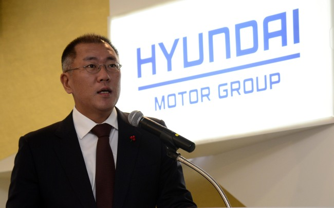 Hyundai Motor Group vice chairman Chung Eui-sun speaks in a ceremony to deliver a 25 billion won donation from the group to the Community Chest of Korea at the charity fund-raiser's office in Seoul on Wednesday.(Park Hae-mook/The Korea Herald)