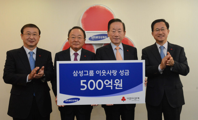 Samsung Group donated 50 billion won ($47 million) to Community Chest of Korea at a nationwide charity fund-raiser in Seoul on Thurday. From left are Samsung Corporate Citizenship president Suh Joon-hee, Samsung Life Insurance chairman Lee Soo-bin, Community Chest chairman Lee Dong-kurn and Community Chest secretary-general Kim Joo-hyun. (Chung Hee-cho/The Korea Herald)