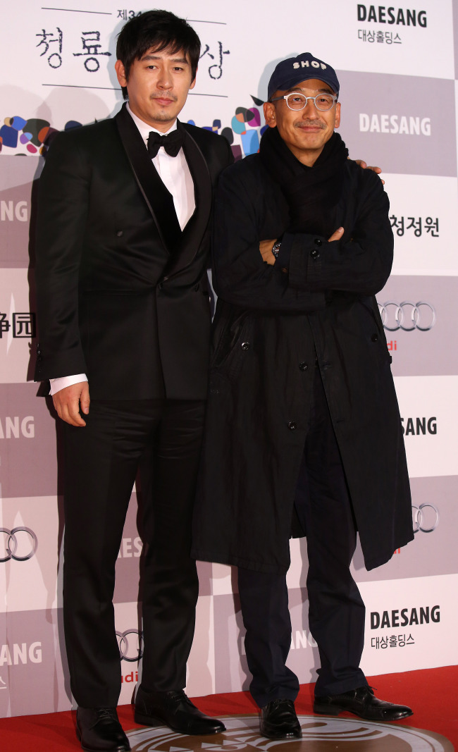 "Actor Sol Kyung-gu (left) poses next to ""Wish"" director Lee Joon-ik at the Blue Dragon Film Awards ceremony on Friday.(Yonhap News)"