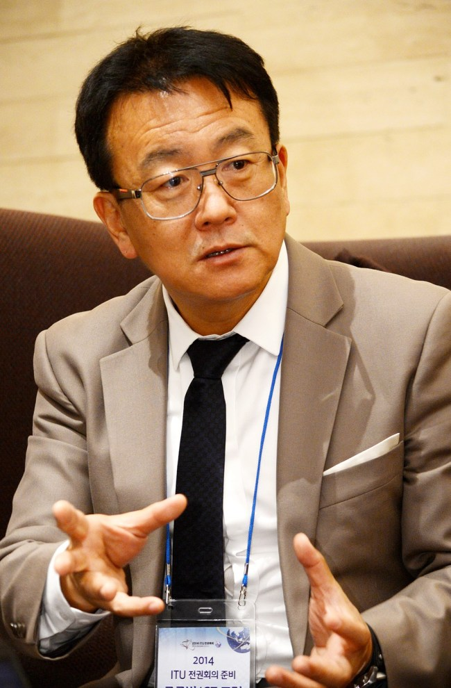 Lee Chae-sub, a candidate for the director of the ITU Telecommunication Standardization Sector, speaks during an interview with The Korea Herald. (ICT Ministry)