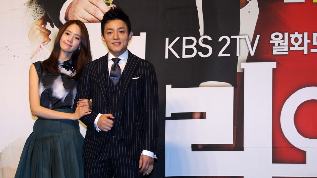 "Stars of KBS ""Premier and I"" (working title) Yoona (left) and Lee Bum-soo attend the drama's press conference at the Grand Ambassador Seoul on Wednesday. (Lee Sang-sub/The Korea Herald)"