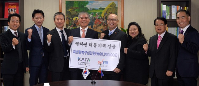 The Korea Association of Travel Agents donated 68.9 million won ($65,488) raised from its members to the Philippine Embassy in Korea on Wednesday. The money will be used for typhoon relief and travel promotion. Yang Moo-seung (fourth from left), chairman of the association, Philippine Ambassador Luis T. Cruz (fourth from right), Hong Ki-jung (second from right), vice chairman of MODETOUR Network Inc., pose during the donation ceremony. (Lee Sang-sub/The Korea Herald)