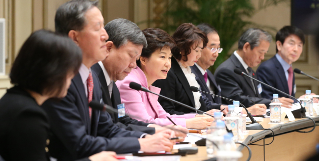 President Park Geun-hye (fourth from left) speaks at a meeting of government officials and businesspeople to promote trade and investment at the presidential office, Friday. (Yonhap News)