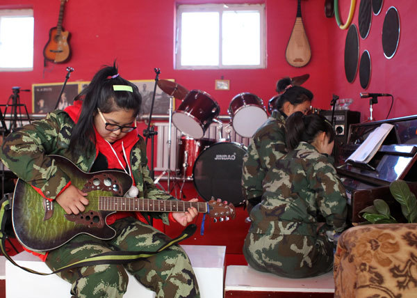 Educators use music to help children kick their addiction to the Internet at Beijing Qide Education Center. China has 24 million Internet addicts, and most are aged between 12 and 18. (China Daily)