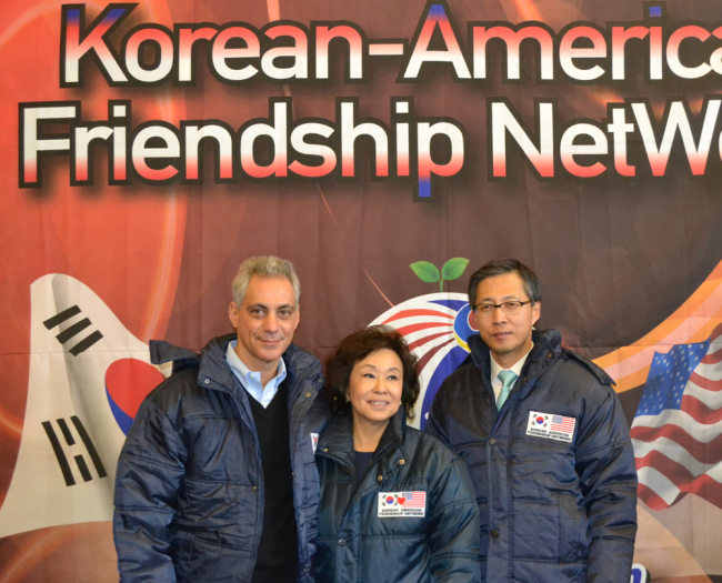 The Korean American Friendship Network donated winter coats to those in need in the Back of the Yards neighborhood in Chicago on Sunday. From left are Chicago Mayor Rahm Emanuel, Ann S. Jhin, who sponsors the network, and Korean consul-general Kim Sang-il. (Yonhap News)
