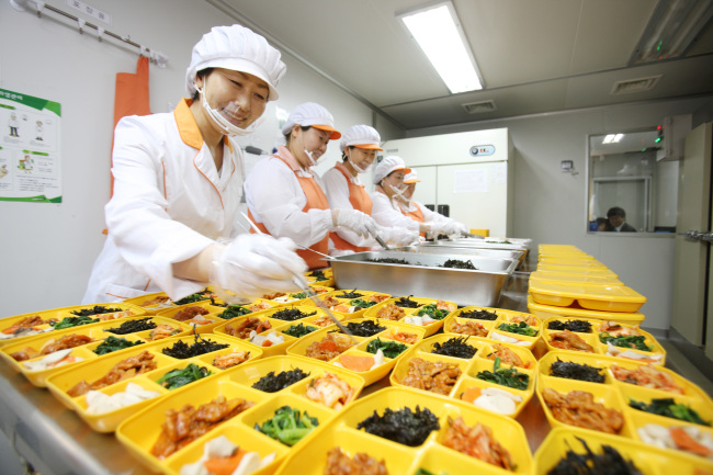 """Participants in """"Social Entrepreneur MBA"""" offered by SK Group take lessons on food business. SK Group is the country's first conglomerate to launch a social enterprise funded by a single company. (SK Group)"""